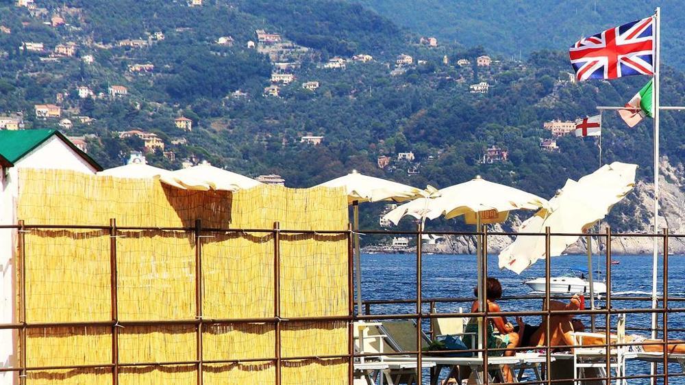 Le spiagge della Liguria, in rivolta contro l'UE, issano l'Union Jack