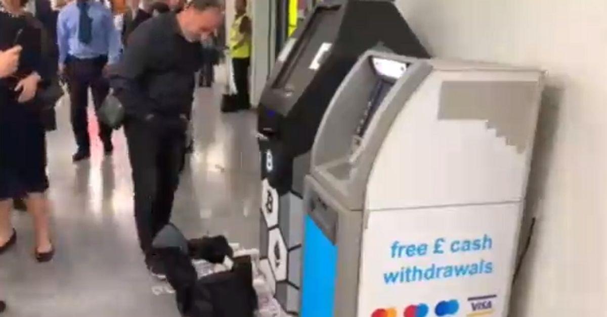 Londra, bancomat in tilt sputa banconote ai passanti: il video è virale