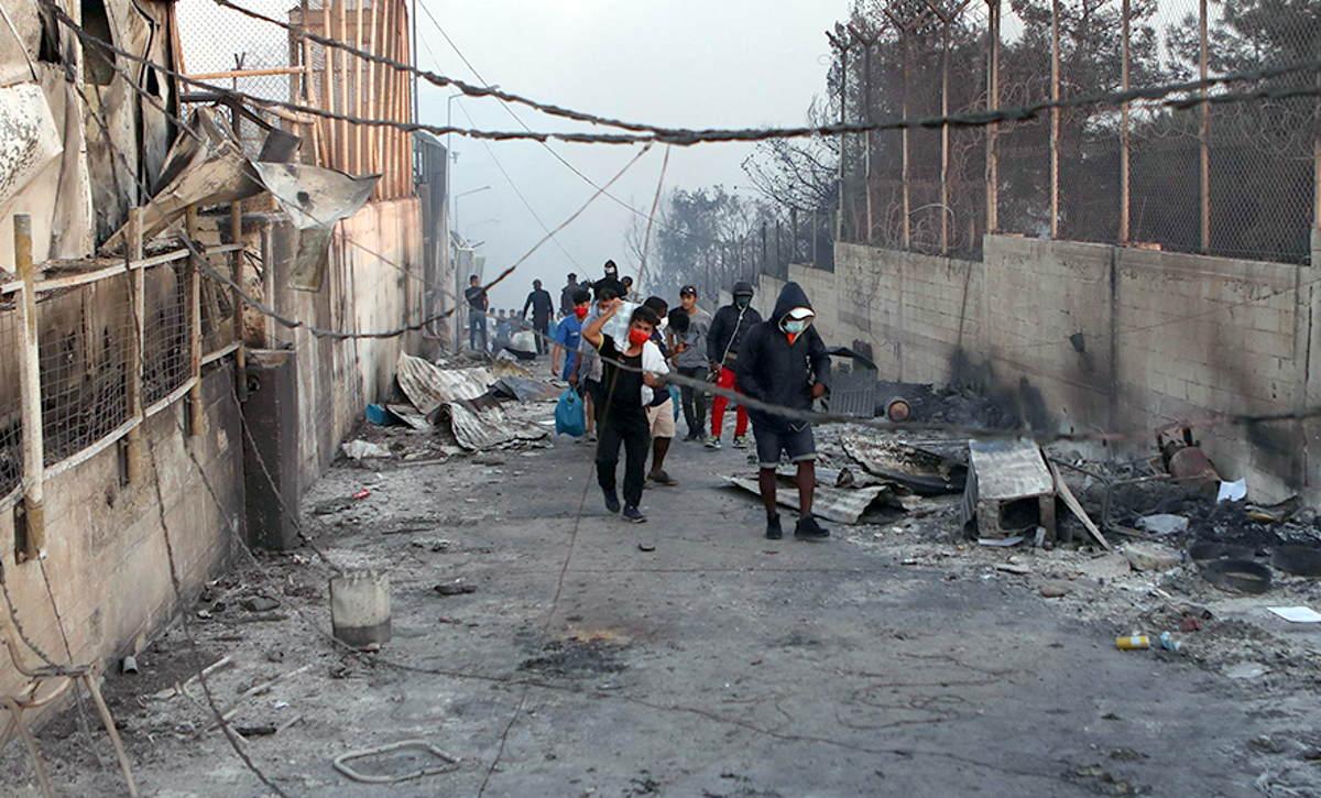 Migranti appiccano fuoco al campo di Moria per protesta contro il lockdown