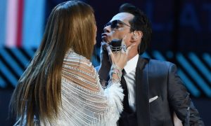 Latin Grammy Awards, Jennifer Lopez bacia l'ex Marc Anthony [VIDEO]