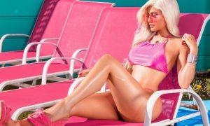 Kylie Jenner in versione Barbie rosa e platinata