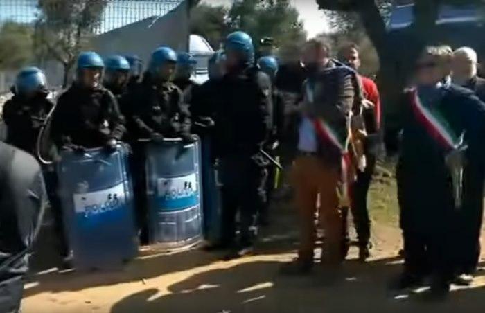 Riprendono le proteste a Melendugno per l'espianto degli ulivi per la costruzione della Tap