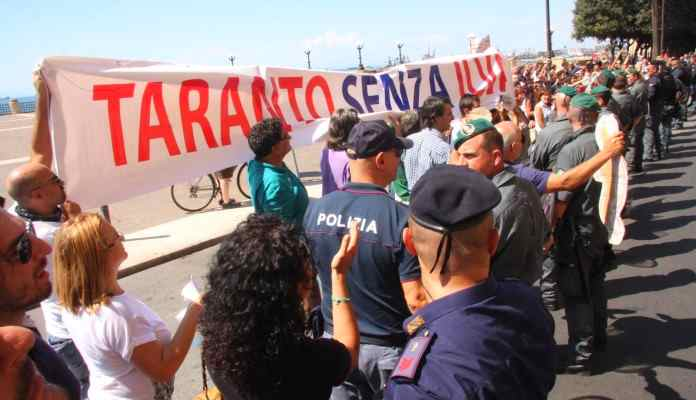 Renzi a Taranto per inaugurare il MarTa, ma incassa la protesta della città