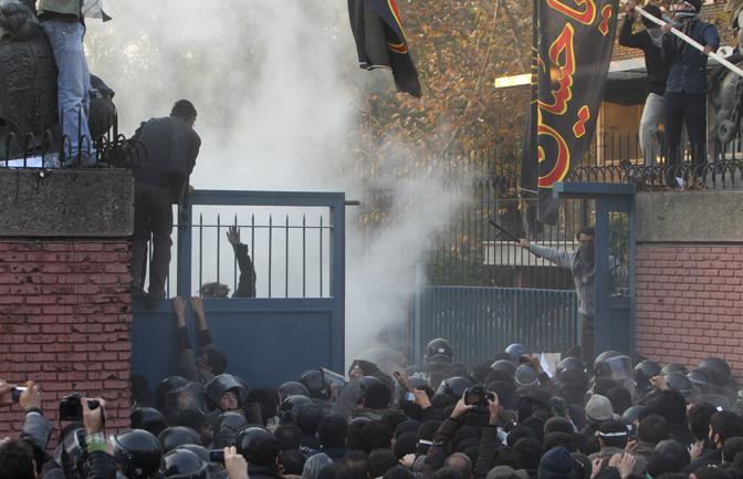 29 novembre 2011: Studenti iraniani assaltano l'ambasciata inglese a Teheran