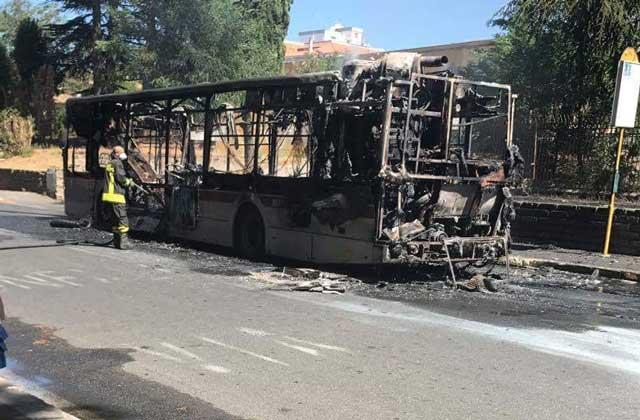 In fiamme un bus sulla Cassia, a bordo 15 passeggeri