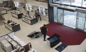 Entra in un negozio di elettronica e fa un disastro [VIDEO]
