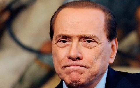 Berlusconi e le due dita rotte nella portiera dell'auto