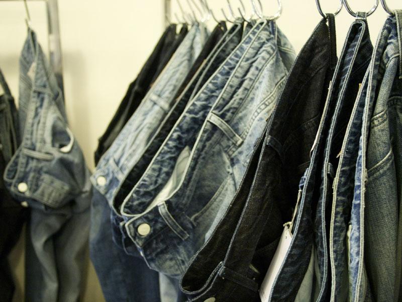 Jeans infangati per una umanità sempre più finta
