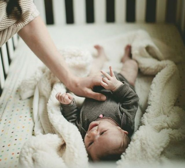 La posizione corretta per mettere i bimbi nelle culle
