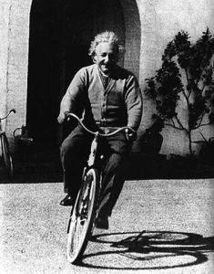 """""""Einstein e l'arte di andare in bicicletta. E vivere felici"""" di Ben Irvine"""