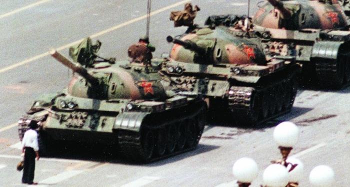 5 giugno 1989: Il rivoltoso sconosciuto blocca i carri armati in piazza Tienanmen