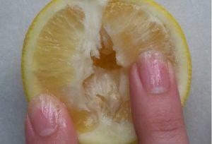 Usa la frutta e mostra come si tocca una vagina, incredibile risultato [VIDEO]