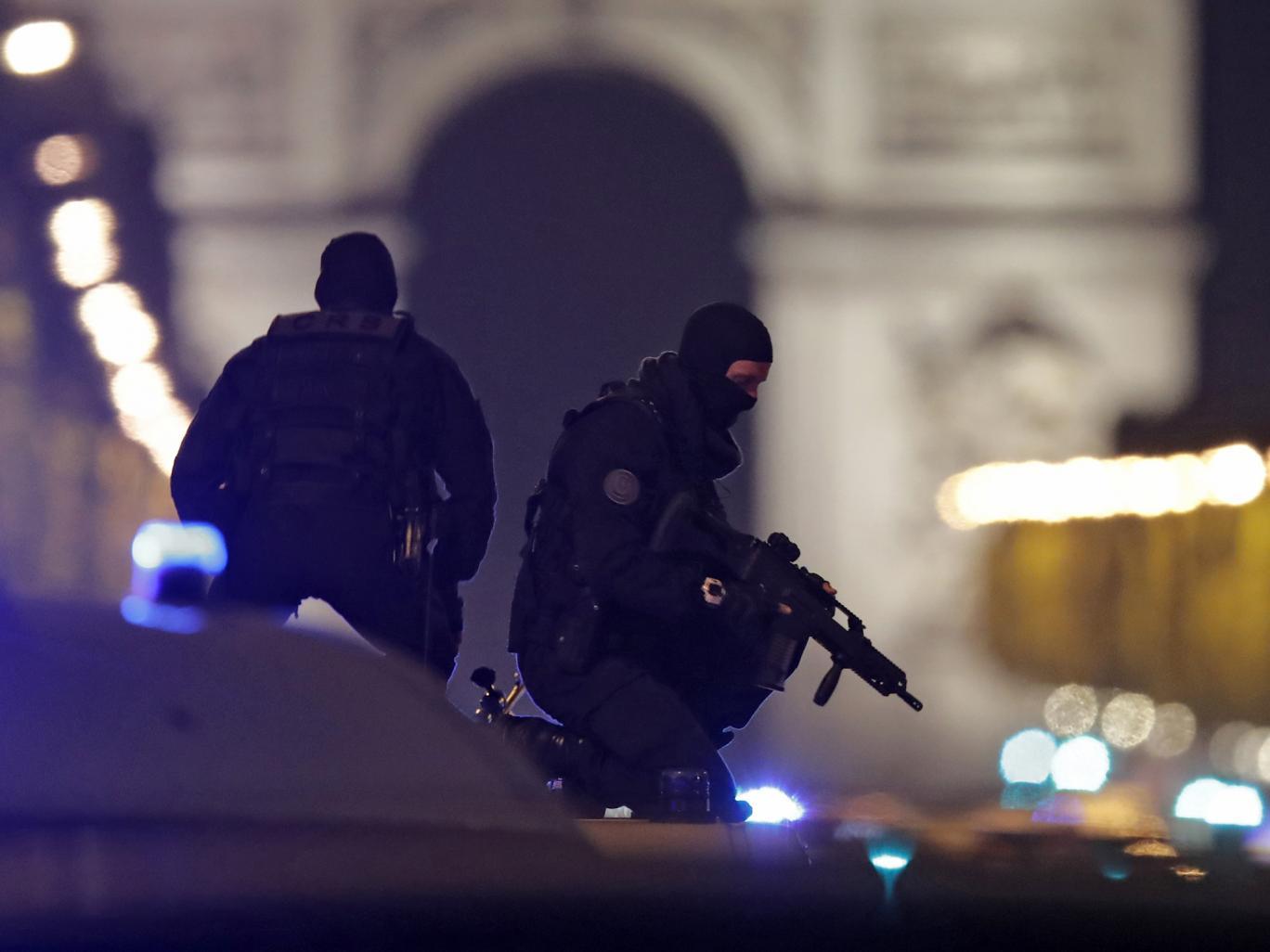 Francia: Isis rivendica responsabilità per attacco con sparatoria a Parigi che ha causato la morte d