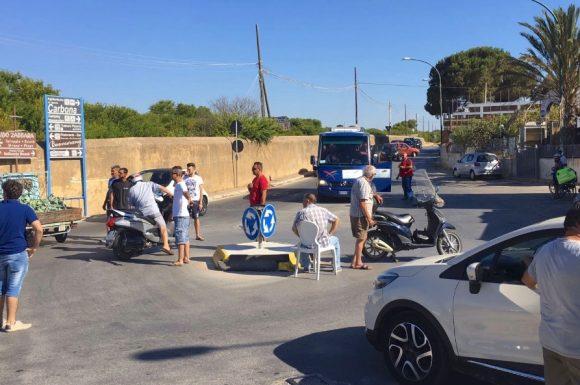 Protesta a Marinella. Commercianti bloccano accesso