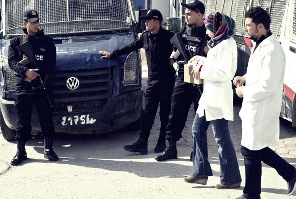Amnesty International denuncia le violenze della polizia in Tunisia: lo stato d'emergenza continua
