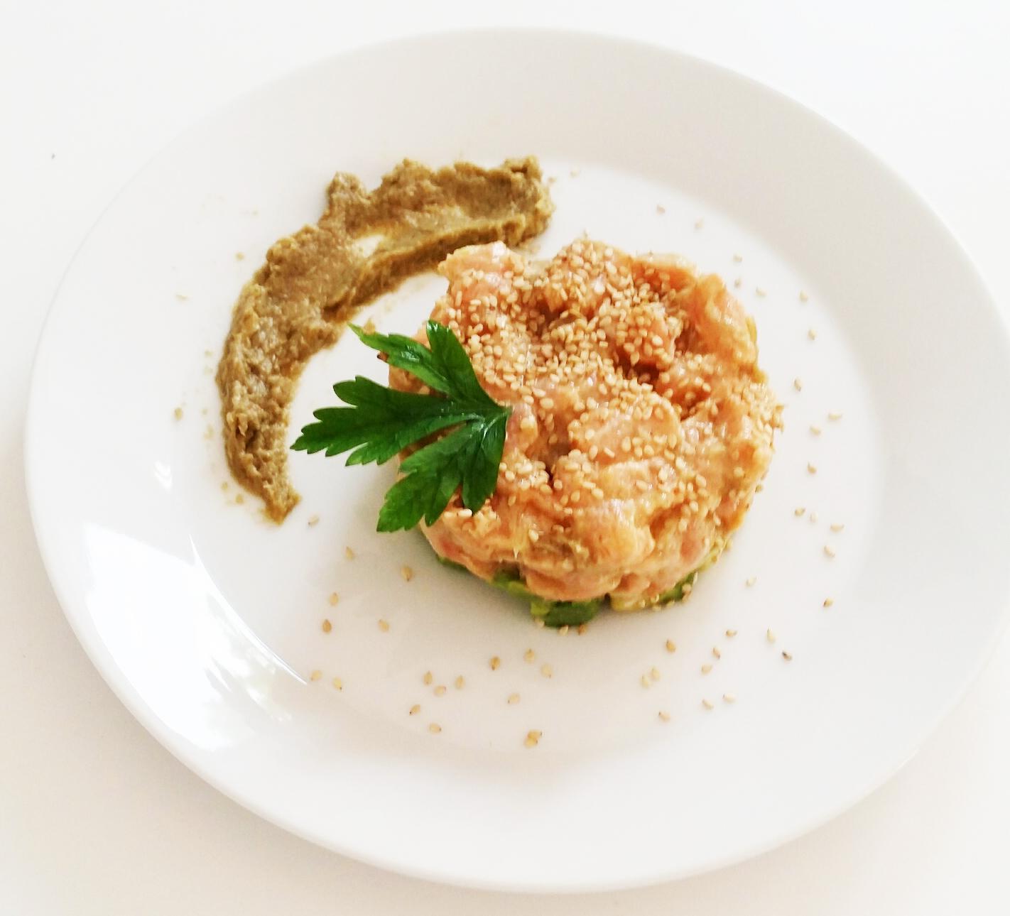 Antipasto leggero e sfizioso: Tartare di salmone con crema di carciofi