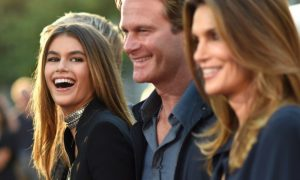 Cindy Crawford e Kaia Gerber come due gocce d'acqua alla New York Fashion Week [VIDEO]