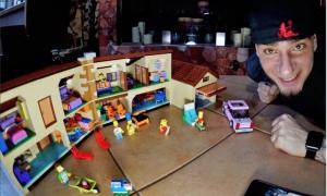 Il Ferragosto alternativo di J-Ax: a casa a Milano gioca con i Lego dei Simpson [FOTO]