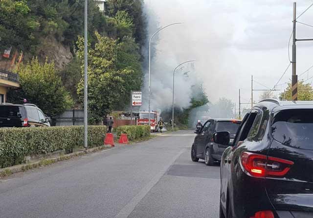 Labaro, incendio sulla Flaminia: in fiamme un locale abbandonato