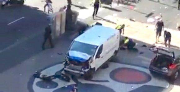 Furgone sulla folla a Barcellona: morti e feriti
