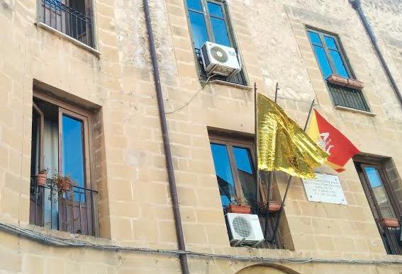 Migranti. Una coperta termica per bandiera a Castelvetrano