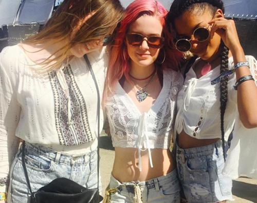 Ava Phillippe al Coachella con le amiche