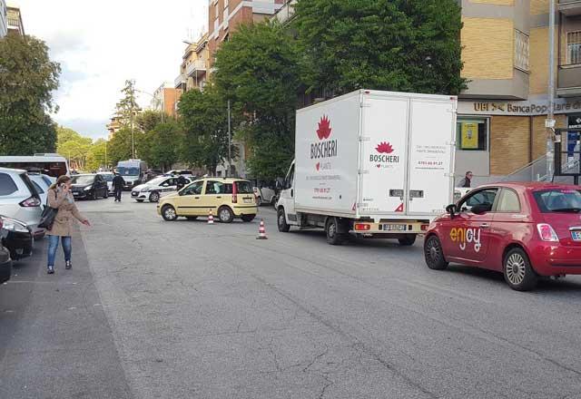 Voragine a Vigna Clara, traffico e bus deviati