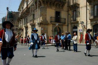 Caltagirone: Festa di San Giacomo col secentesco corteo del Senato civico
