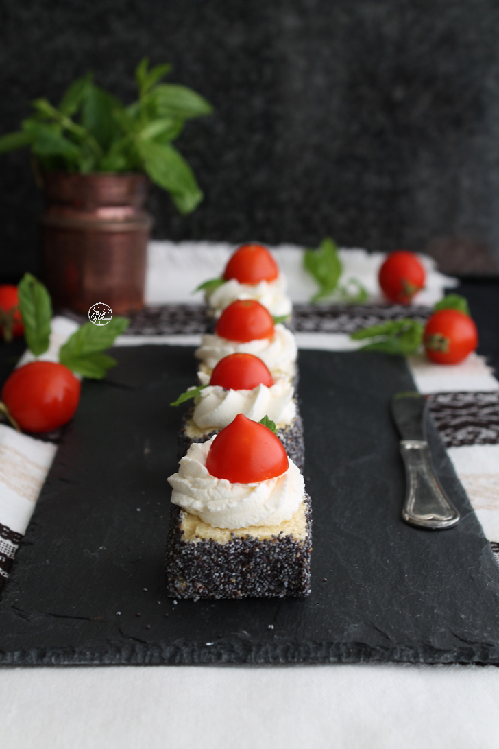 Appetizer avec crème de fromage, tomate et menthe
