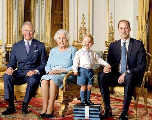 Il principe George sorridente nel nuovo scatto ufficile