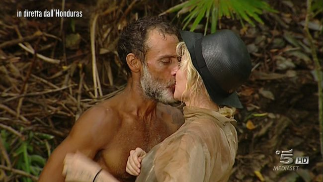 Isola dei Famosi: Raz Degan e Paola Barale si baciano in diretta