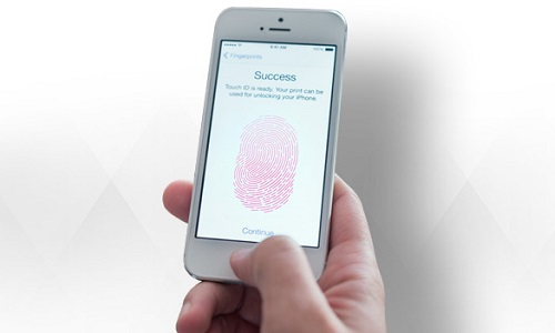 Giudice costringe donna a sbloccare l'iPhone con l'impronta digitale