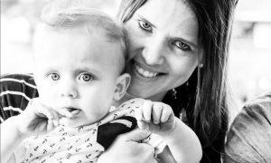 Ciò che fa questa mamma per non svegliare il suo bambino è davvero incredibile [VIDEO]