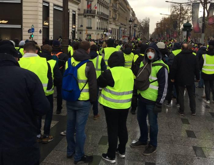 Parigi: faccia a faccia tra gilet gialli e polizia