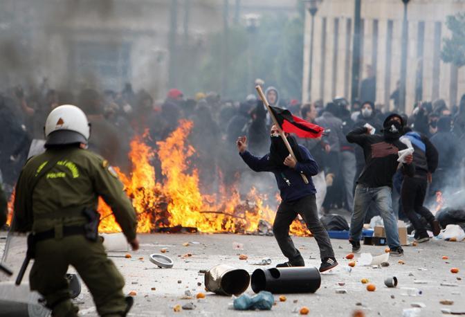 Greci e italiani: una faccia, una razza e sudditi della troika