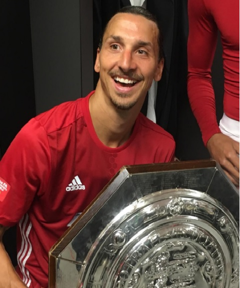 Ibra regala la Community Shield a Mourinho