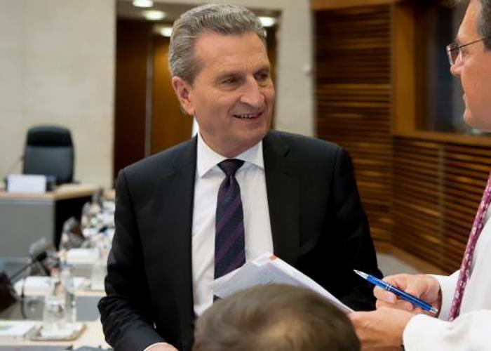 L'ira di Oettinger sull'Italia: basta con la farsa sui contributi all'Ue