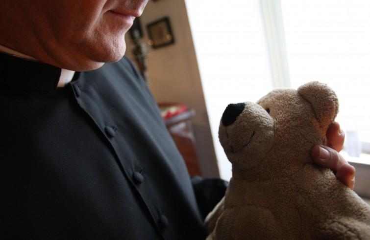 Vittima di prete pedofilo si toglie la vita dopo l'affossamento legge che gli avrebbe permesso ottenere giustizia